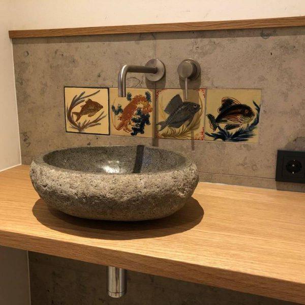 Badrenovierung mit Gäste-WC, Handwaschbecken-Anlage aus Natursteinbecken und Eichholz-Waschtischkonsole, GESSI Waschtisch-Wandarmatur, und spülrandlosem WC mit Slim-WC-Sitz 002
