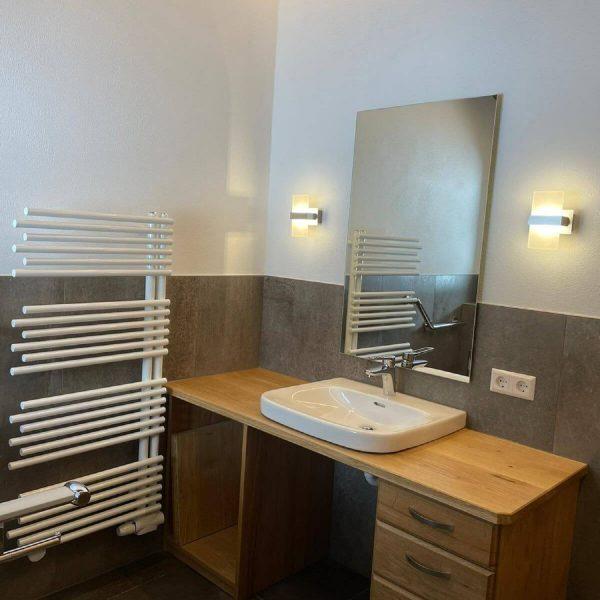 Barrierefreie Badsanierung mit Komfort-Duschbad, Regenbrause, Thermostatarmatur, unterfahrbarem Waschbecken und Stützgriffen am WC 009