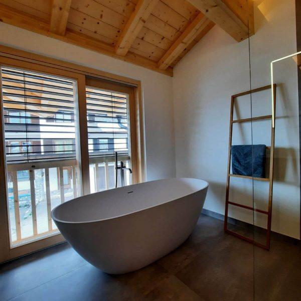 Komplettbadsanierung mit Komfort-Familien-Bad, barrierefreier Duschanlage, freistehender Badewannen, Doppelwaschtisch und Halbeinbau-Spiegelschrank 008