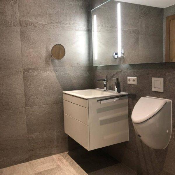 Komplettbadsanierung von einem Gäste-Bad mit Waschtisch und Duscharmaturen, Regenbrause, Unterschrank, Duschkabine, Badetuchtrockner, spülrandlosem WC und Urinal 003