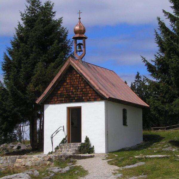 Neuen Dacheindeckung mit Kupfer-Bahnenblech und Glockenstuhl in Reit im Winkl, Bayern. 003
